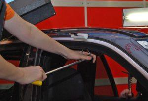 Dellendrücken am Dach eines Autos mit Hilfe von Spezialwerkzeug