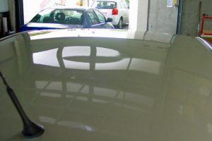 Dellen durch Dachlawine, beiges Auto